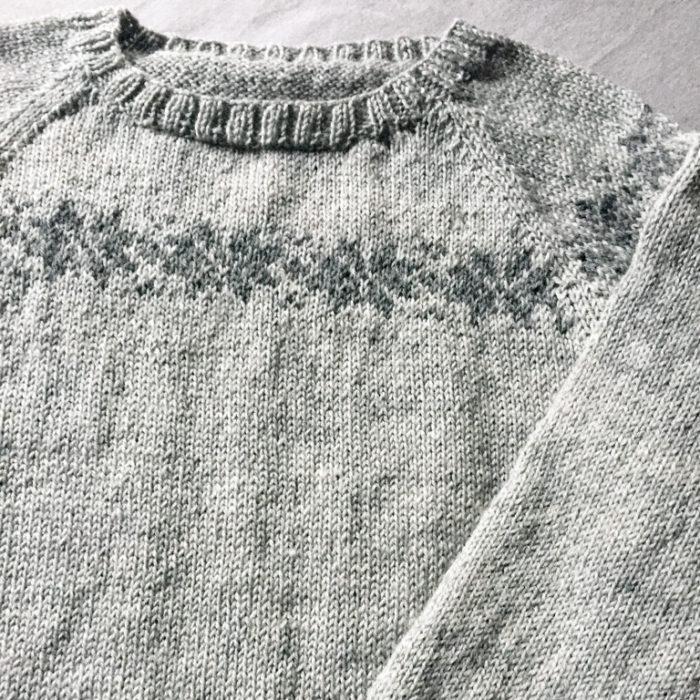 Vi går tilbage til fordums strikketid med denne klassiske sweater, der feature en række stjerner over bærestykket. Vi har strikket den i en skøn merino, så vi er 100% klar til vinterens komme. Lækkert!