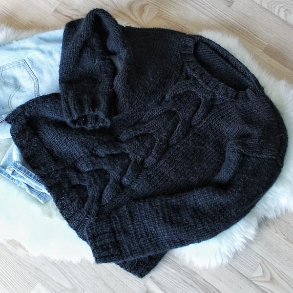 Cable sweater med snoninger - strikkeopskrift