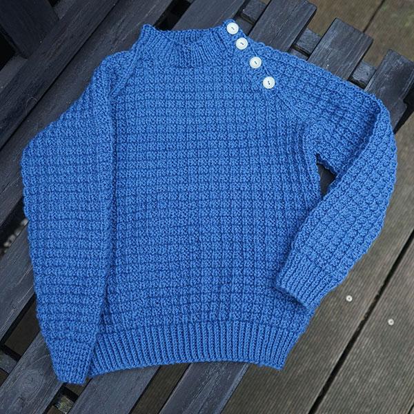 Kid² er den perfekte unisex trøje til barnet, der skal være klassisk lækker i raglan og flot strikket mønster. Sweateren er for en let øvet strikker, som er vant til at strikke i mønster og lave raglan.