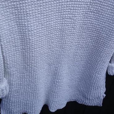 Strikkeopskriften på denne skønne trøje, som her er strikket i en merceriseret bomuldsgarn, er den perfekte sommertrøje! Det er én af de sweatre, som du lever i resten af sæsonen, og som kan bruges til jeans, læderbukser, shorts og endda en nederdel!